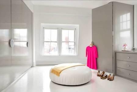 Фото пуфа в белой гардеробной