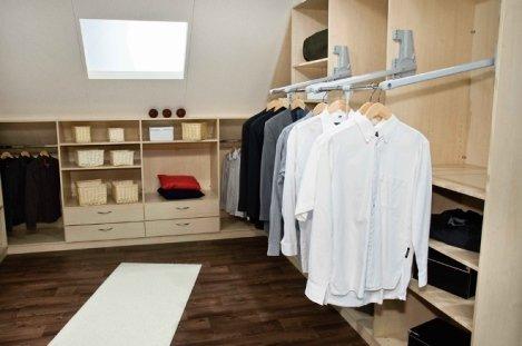 Фото пантографов (лифтов для одежды) в гардеробной