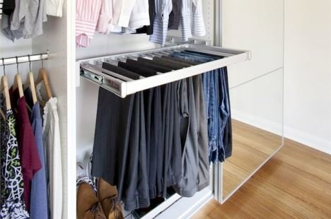 Фото брючницы для организованного хранения брюк в гардеробной