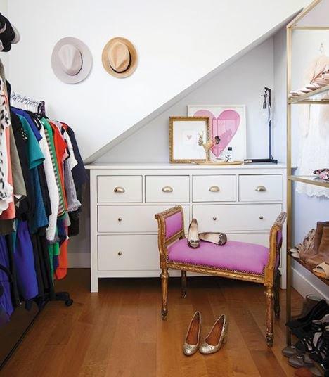 Фото кушетки в мансардной гардеробной