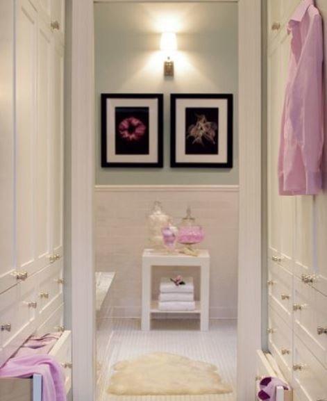 Фото пары картин на стене в гардеробной